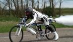 In bici a 300 km/h. Ciclista va più veloce di una Ferrari