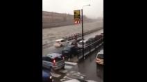 Genova, le auto circolano nonostante la piena del Polvecera