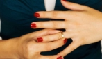 Ecco come sfilare un anello dal dito quando si incastra