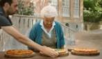 Sorrento, gli anziani assaggiano la pizza americana: ecco le loro reazioni