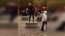 Improvvisa per strada hit di Frozen e la sua performance diventa virale
