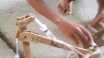 """Costruisce un escavatore """"meccanico"""" usando siringhe e cartone"""