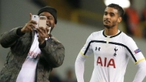 Tifoso invade il campo e fa un selfie con un calciatore