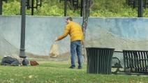 Usa, ragazzo dal cuore d'oro distribuisce pasta ai senzatetto