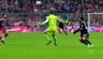 Inarrestabile Neuer: esce dalla porta e salta l'attaccante