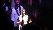 Justin Timberlake ringrazia i fan di Barclays con un inchino