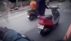 Cina, aiuta così un signore rimasto a piedi con lo scooter