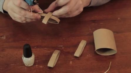 Creare una decorazione di Natale usando il rotolo di cartone della carta igienica