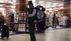 L'uomo banda intrattiene così i passeggeri in attesa di partire