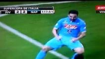 Il gesto di Higuain dopo il pareggio all'ultimo minuto contro la Juventus