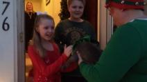 Elfi di Babbo Natale affidano un cucciolo a due bambini, ecco la loro reazione gioiosa