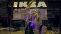 La parodia di 'Sia' fra gli scaffali dell'Ikea, perché il Natale può dare alla testa!