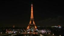 """Parigi """"spegne"""" le luci della Torre Eiffel per le vittime di Charlie Hebdo"""