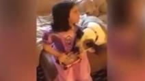 Per Natale chiede al papà la bambola di Frozen ma quando apre la scatola rimane senza parole
