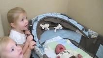 La sorellina accoglie il neonato a casa con un dolce canto