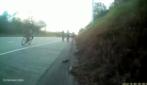Un pezzo di ferro si incastra nella ruota: la brutta caduta del ciclista