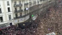 Parigi, le immagini dall'alto della folla a Piazza della Repubblica
