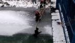 Polonia, il drammatico salvataggio di un cane scivolato nel fiume ghiacciato