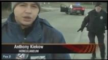 La divertente reazione di un poliziotto che scopre di essere in diretta tv