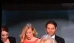 Naomi Watts inciampa nello strascico di Emma Stone, che se la ride
