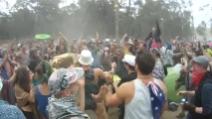 Poliziotto si lascia andare durante un festival di musica