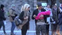 Milano, Mauro Icardi e Wanda Nara fanno shopping in centro con la figlia