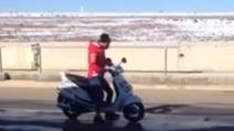 Pecco Bagnaia si diverte con lo scooter durante i test ad Alcarras