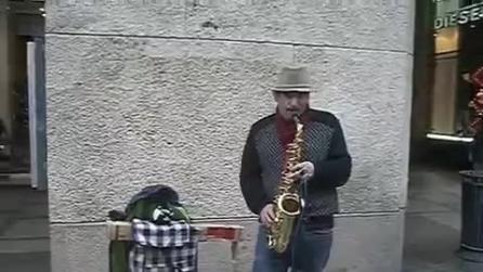 Suona una magnifica melodia con il suo sax in strada a Milano