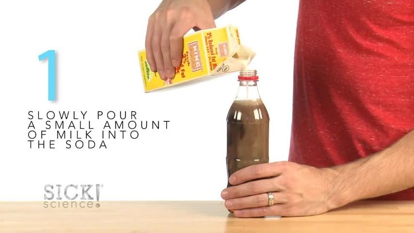Ecco cosa succede se versate del latte in una bottiglia di Coca Cola