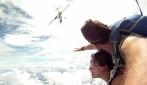 Paracadutismo, l'attimo in cui l'aereo quasi travolge l'istruttore e l'allieva