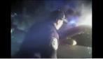 Salvano un uomo intrappolato nell'auto in fiamme, il video in soggettiva