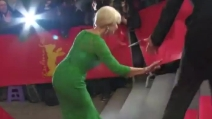 Berlinale, Helen Mirren inciampa e cade sulle scale del red carpet