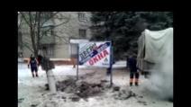 Ucraina, strade squarciate dai missili nella città di Kramatorsk
