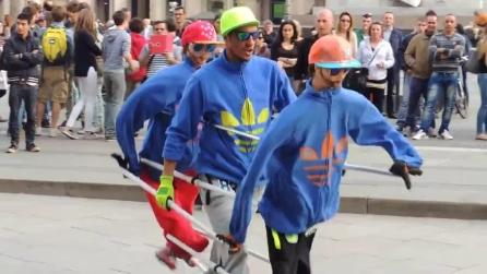 Un artista di strada che balla per tre a Milano