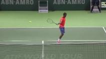 """Tennis, Gael Monfils incanta con un colpo """"no look"""""""