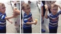 Il gelataio prende in giro il bambino che non la prende molto bene