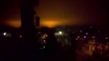È guerra in Ucraina: il cielo di Donetsk illuminato a giorno dai bombardamenti