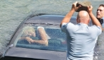 Poliziotto eroe rompe il vetro con un masso e salva la donna nell'auto che sta per affondare