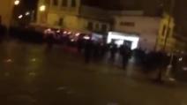 """Campo de' Fiori """"ostaggio"""" degli ultras del Feyenoord: la carica della polizia"""