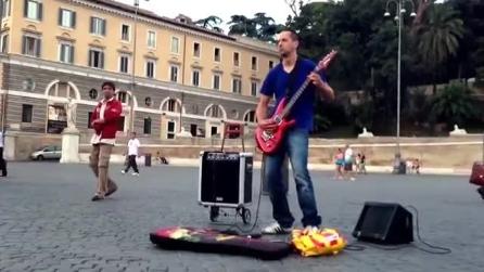 """Lo spettacolo rock a Piazza del Popolo di un """"artista di strada"""""""