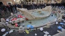 """Roma, Piazza di Spagna """"ostaggio"""" degli ultras del Feyenoord"""