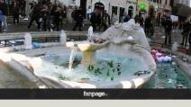 Roma-Feyenoord, guerriglia a piazza di Spagna. La fontana ridotta a discarica