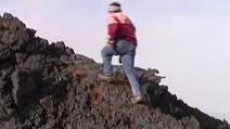 Etna, corre impavido sulla lava incandescente