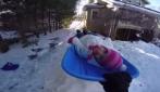 Basta un po' di neve fuori casa per creare il gioco più spassoso che ci sia