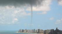 Brasile, il tornado spazza via tutto in spiaggia