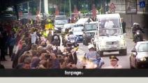 Papa Francesco sfreccia davanti al Maschio Angioino di Napoli