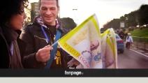 """Papa Francesco, ambulanti abusivi vendono bandierine: """"Tre per cinque euro"""""""