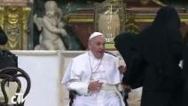 """Le suore di clausura """"accerchiano"""" Papa Francesco: fuoriprogramma al Duomo di Napoli"""