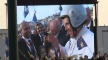 Papa Francesco con il casco sul lungomare di Napoli
