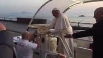 Napoli, sul Lungomare consegnano una pizza a Papa Francesco